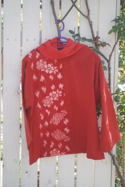 珍しい紅花の型染です。