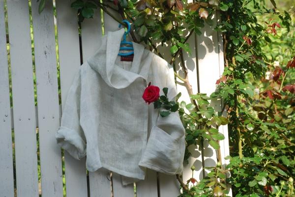 午前中は凄い雨。森散歩も行けないので、朝から大麻蚊帳より作品作り。 3時に日が刺してきた。 出来た! オフホワイトの上品なフードジャケット。 撮影に先日姪から戴いた赤い薔薇をさして。