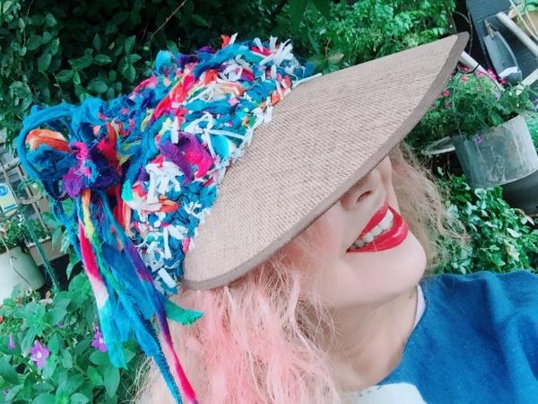 名倉奈美さんの作品。 ずっと前にお願いしていた、変んで、派手な帽子できて来ました。爆発サンバイザー‼️