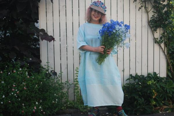 男物上布着物より。 バルーンワンピースを作りました。 暑い夏はワンピースが一番! デルフイモーネの花が爽やかです。 帽子は名倉奈美さんの作品。 朝、6時に撮影。