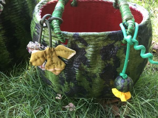 子スイカも葉っぱも付いている。蔓まで!