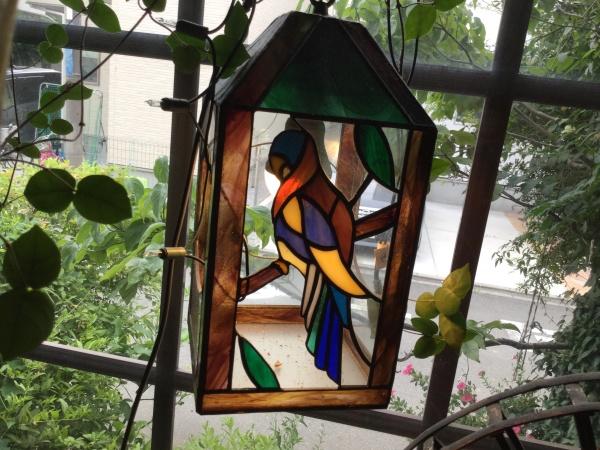 出窓のステンドグラス。 30年前、作家物でどうしても欲しかった。 高かったが、なんとか工面して手に入れた。 夜、遅く仕事で帰る人が、 この灯りを見ると、疲れが取れると言ってくれました。