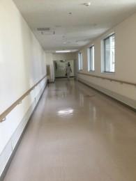 この無味乾燥な病院の廊下。 1日何回歩行器に乗って、行ったり来たりしただろうか。