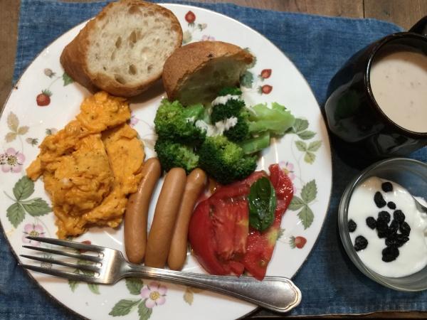 運動した後の朝食は美味しい。 ポンパドールのフランパン。 成城石井の無添加ソーセージパン。農家の朝採れトマト。ブロッコリー。 岩手岩泉のヨーグルト。 伊勢原のジュジャク卵のスクランブルエッグ。 さあ、今日も猛暑に負けないで、頑張るぞー ‼️