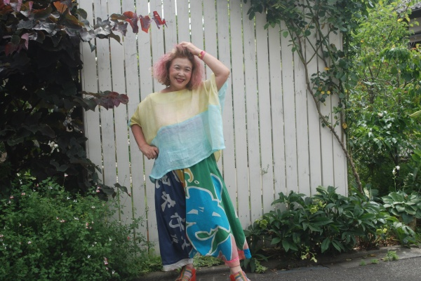 大漁旗サルエル。ブラウスは前後無しで、着てみました。 今日は風強い。涼しい風が体を吹き抜けていきます。