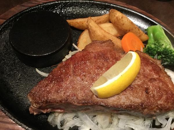 クーポン券を、貰ったので、サラダ、デザート、飲み物も飲み放題でステーキ180グラムで1800円。 レアで焼いて貰った。 美味しかった!
