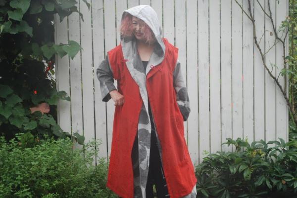 フードコートの上に着てみました。 アームの下はファスナーになっていますので、自由にアームホールが変えられます。