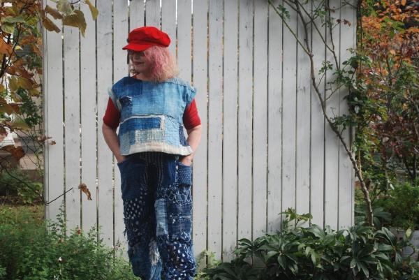パンツは30年継ぎ合わせて修理したものです。初めは刺し子の雑巾でしたが、継を当てていたらこんなになってしまいました。