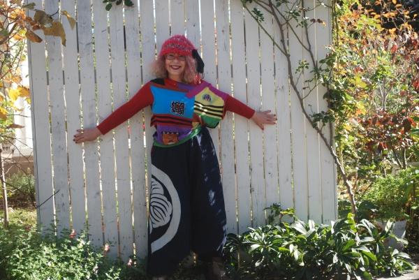 大きな紋のある風呂敷から作りました。 セーターは豚さんがトレードマークのブランド、アルベロベッロ。 帽子は名倉奈美さんの作品。