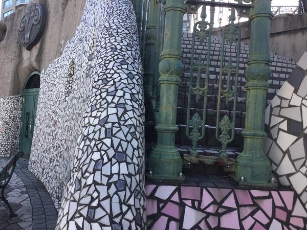 10年程前は、ホームレスのブルーシートでしたが、今では、バルセロナのガウディみたいに変わりました。