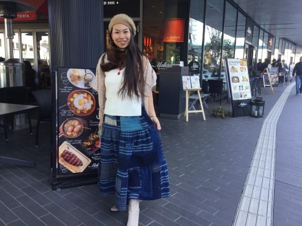 襤褸テイヤードスカート。 着こなしていますね。 二子玉スペインマヨルカ島のお店の前で。