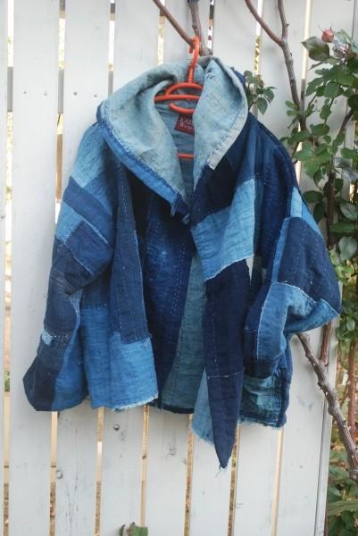 山陰の襤褸布団より。4幅使ってフードのショートジャケットがギリギリ取れるかな。 コレクションから作りました。 裏が浅黄色で柔らかな風合いになっています。 襤褸の逸品。