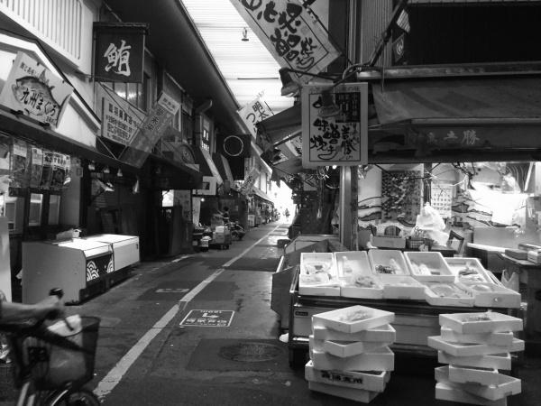 昭和を感じるレトロな市場ですね