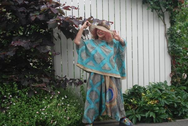 この鯉幟の出どころは、山梨、長野。 非常にアートの意匠と色使いです。 布が薄いので、夏物には間向きです。 軽くて、涼しい。 ポンチョブラウスとサルエルパンツに仕立ててみました。 風が吹き抜けて、まるで鯉幟そのもの。
