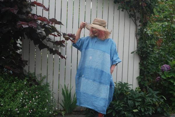 浅黄藍の男性用の第一礼装の着物より。 このデザインは凄く布を使います。 1枚半使用しました。 中のインナーは白の麻を使っています。
