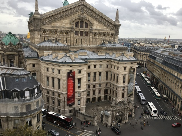 屋上からオペラ座を見る