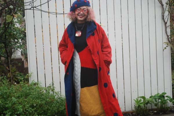 紅花染めに藍のドットを出してみました。 リバーシブルです。 下に着ているワンピースはニットです。 私は全部古布を着るのではなく、現代の服とコラボして着るファッションが好きです。