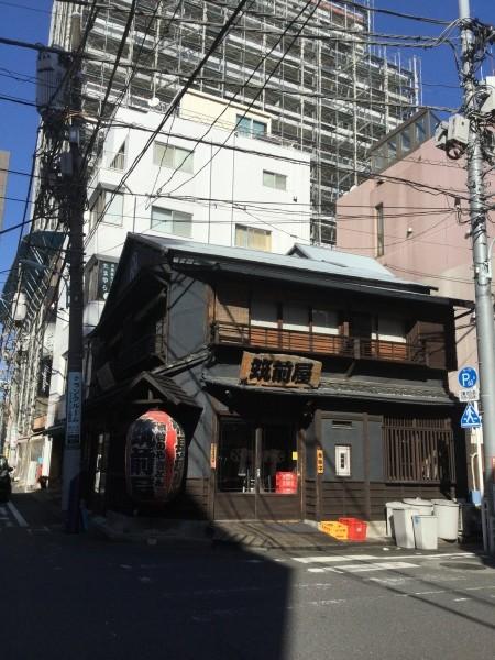 ビルと老舗の古い建物。面白いね。