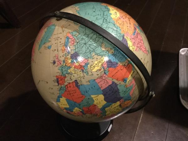 1000円で買った地球儀。 何故か、地球儀が子供の頃から好きなんです。 クルクル回して、色々な国を見るのが好き。 ソビエト連邦なんて書いてあります。 国の名前もどんどん変わってきている。 グローバル化の時代、知らない国がいっぱいある。