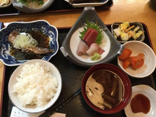 相模大野寿司処かつまさの日替り定食1040円。