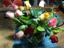 この薔薇6本入って200円。2束買いました。 今朝、切ってきたという感じで香りがすごく良い。