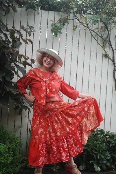 珍しい山形の紅花染めの型染のスカート。 何年もかかって、型染の布をためておきました。 テイヤードスカートは凄く布使います。 全部使い切った。