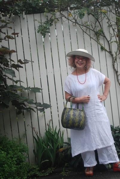 新潟の小千谷縮み。 反物でしたので、上下作れました。 夏の白も素敵ですよ。 バックは北九州在住の井上紀美子さんの作品です。