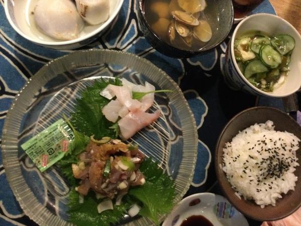 鯛のお刺身と鯵のたたき きゅうりとめかぶ、イカの酢の物 アサリ汁 里芋の煮物