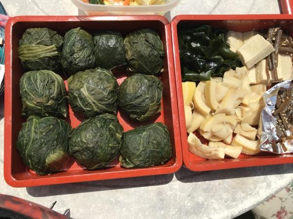 お客様がお昼を作って来ました。 高菜おむすび。