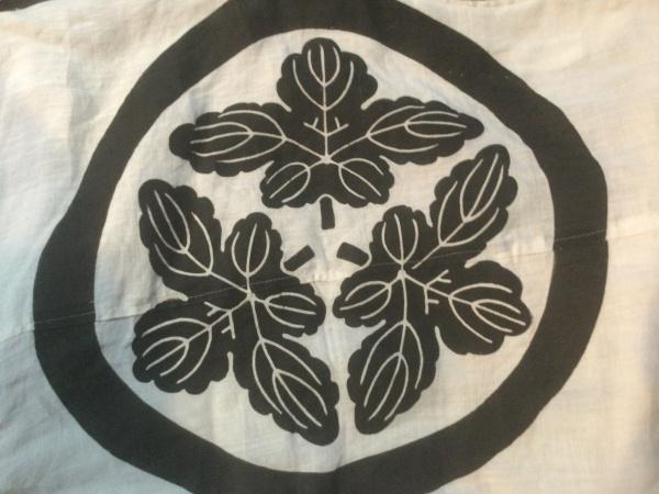 丸に三つ梶の葉紋。 素敵なエンブレムですね